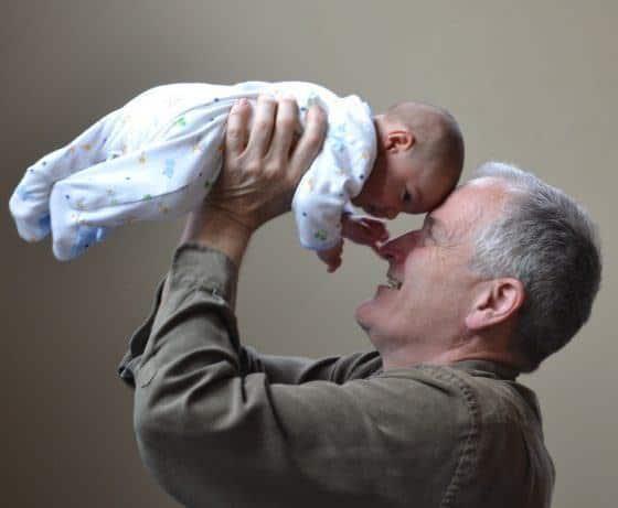 Un grand-père plein de vitalité avec son petit fils